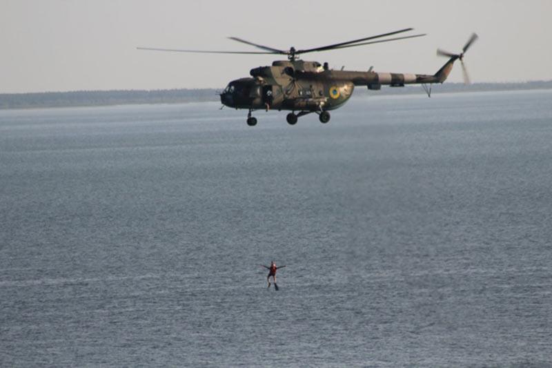 Экипажи вертолетов Ми-8 провели тренировку над водной поверхностью