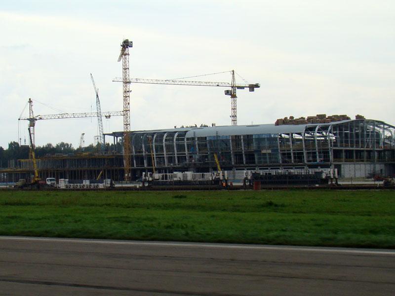 """На строительстве терминала аэропорта """"Львов"""" монтируют стены"""