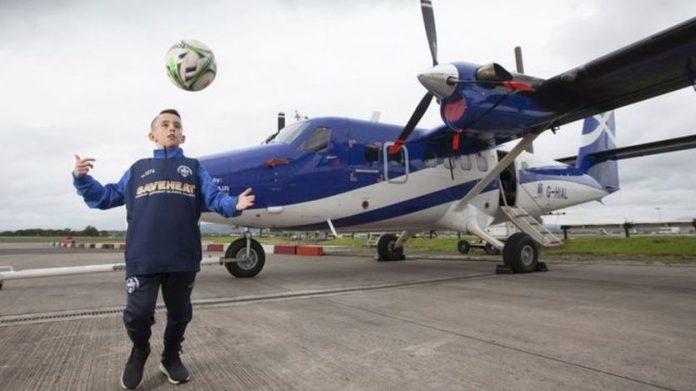 В Шотландии 10-летнему мальчику приходится летать на тренировки на самолете