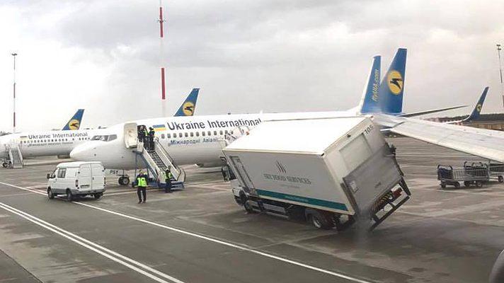 """Самолет МАУ в """"Борисполе"""" при рулении зацепил крылом автомобиль кейтеринга, вылет перенесен"""