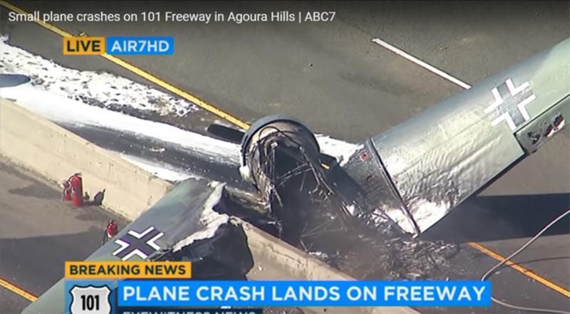 В США на трассу упал необычный самолет