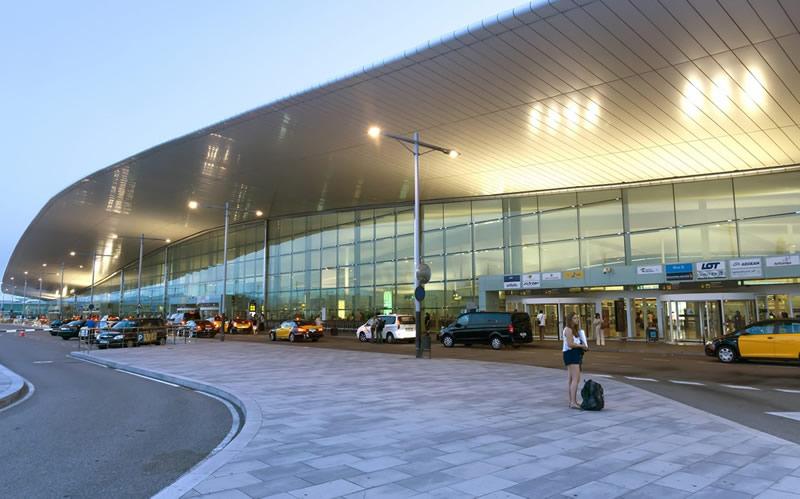 В аэропорту Барселоны пострадали как минимум 56 человек, более 100 рейсов отменены