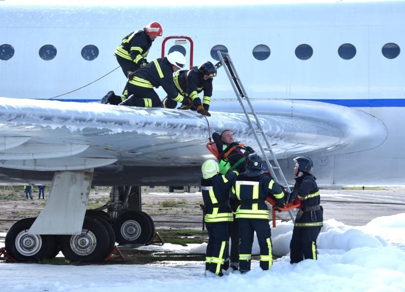 В одесском аэропорту спасатели отработали действия по ликвидации условной чрезвычайной ситуации на воздушном судне