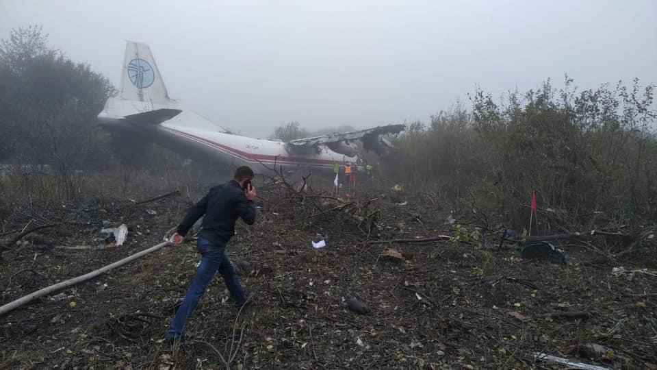 Самолет Ан-12 совершил аварийную посадку