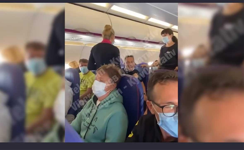 Неадекватный пассажир самолета устроил скандал из-за маски