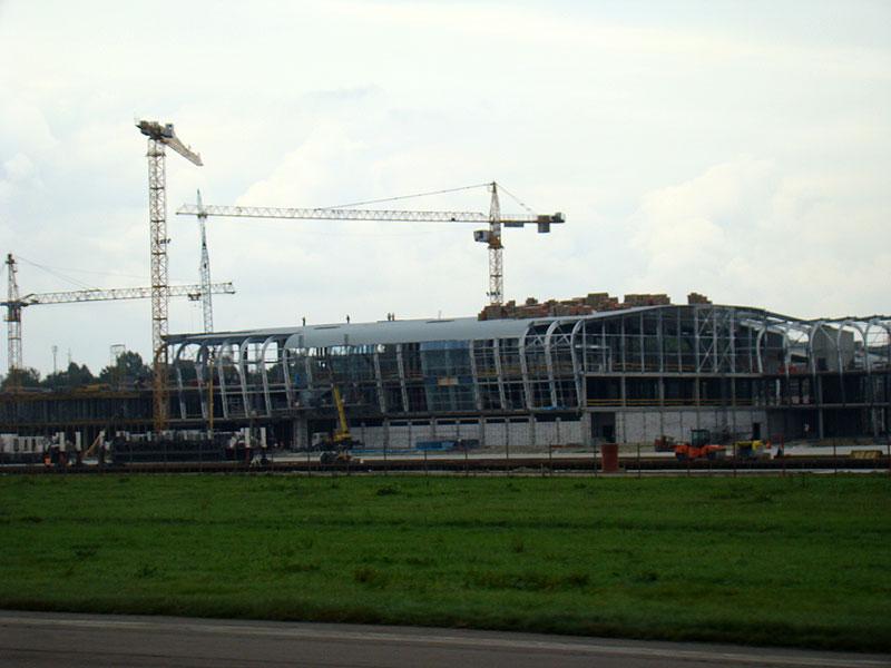 """На строительстве нового терминала аэропорта """"Львов"""" заканчивают крышу здания"""