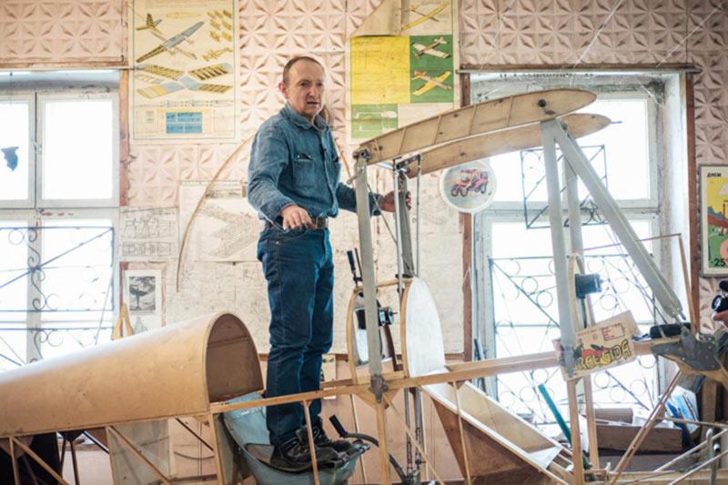 Буковинский умелец завершает работу над деревянным бипланом