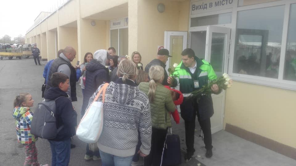 """Аэропорт """"Винница"""" встретил пассажиров цветами"""
