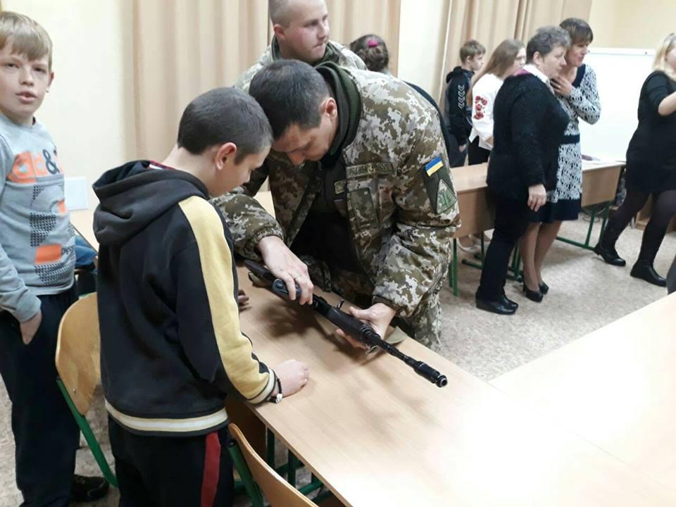 Военнослужащие ВК «Юг» посетили детскую школу-интернат в Сватово