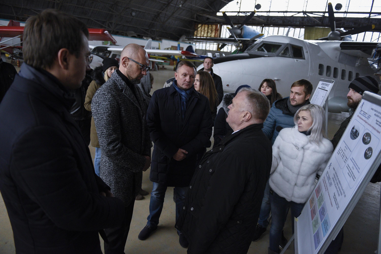 Яценюк посетил летную академию в Кропивницком