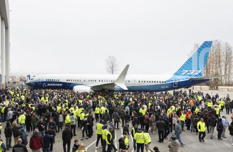 Boeing выкатил 737MAX-10