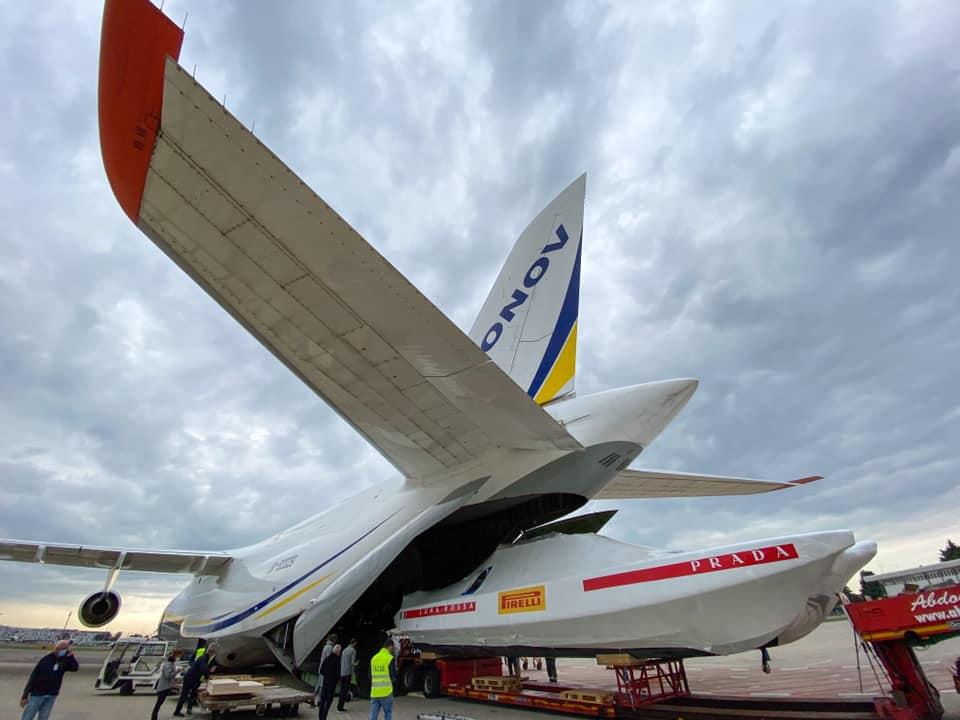 Яхта AC75 итальянской команды LUNA ROSSA загружается в Италии