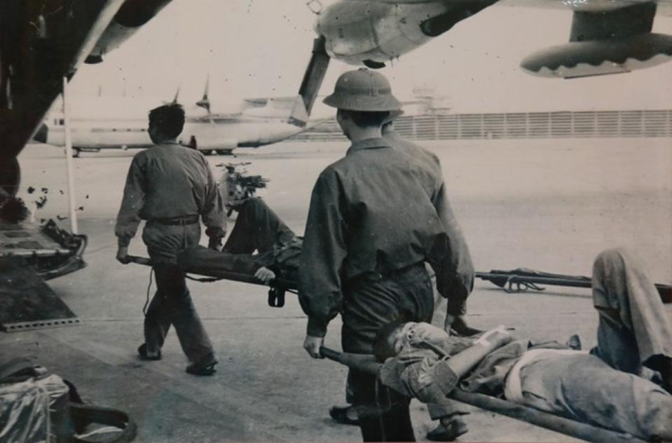 Транспортировка раненых солдат с поля боя в Камбодже во Вьетнам